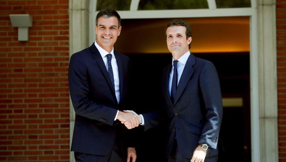 El presidente del Gobierno, Pedro Sánchez, y el nuevo líder del PP, Pablo Casado.