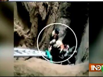 Rescate de una niña india de un pozo