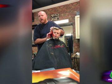 """La divertida broma de un padre a su hijo mientras le corta el pelo: """"Ese chaval no va a volver a gastar una broma en su vida"""""""