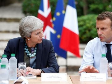 El presidente francés, Emmanuel Macron, se reúne con la primera ministra británica, Theresa May