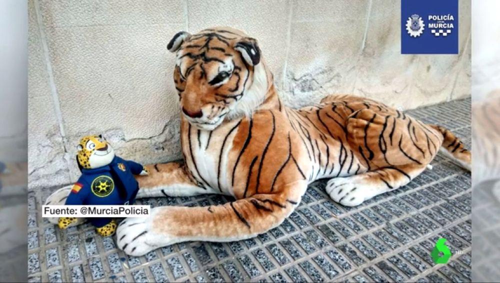 Un vecino alerta a la policía de Murcia al confundir un peluche gigante con un tigre