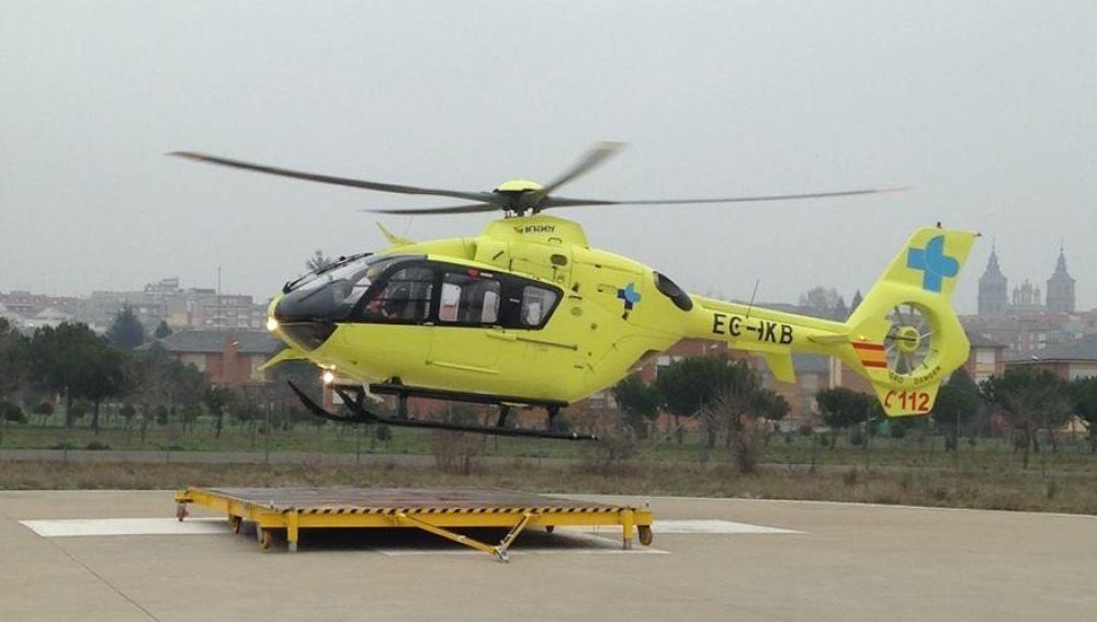 Helicóptero de emergencias en el helipuerto
