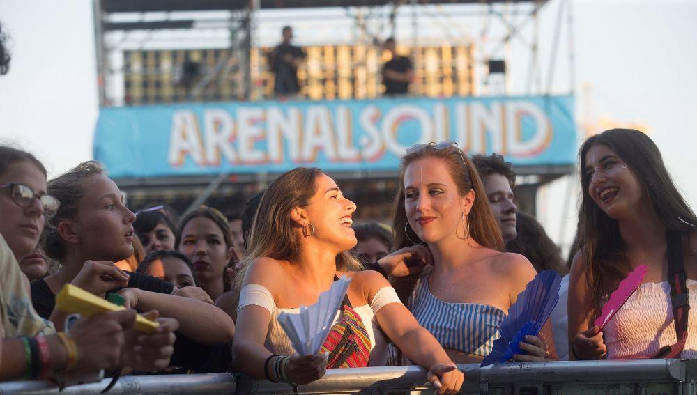 Jóvenes disfrutando del Arenal Sound