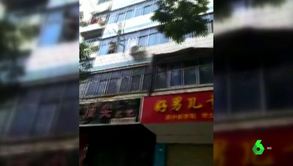 Una madre salva a sus hijos de un incendio lanzándoles por la ventana