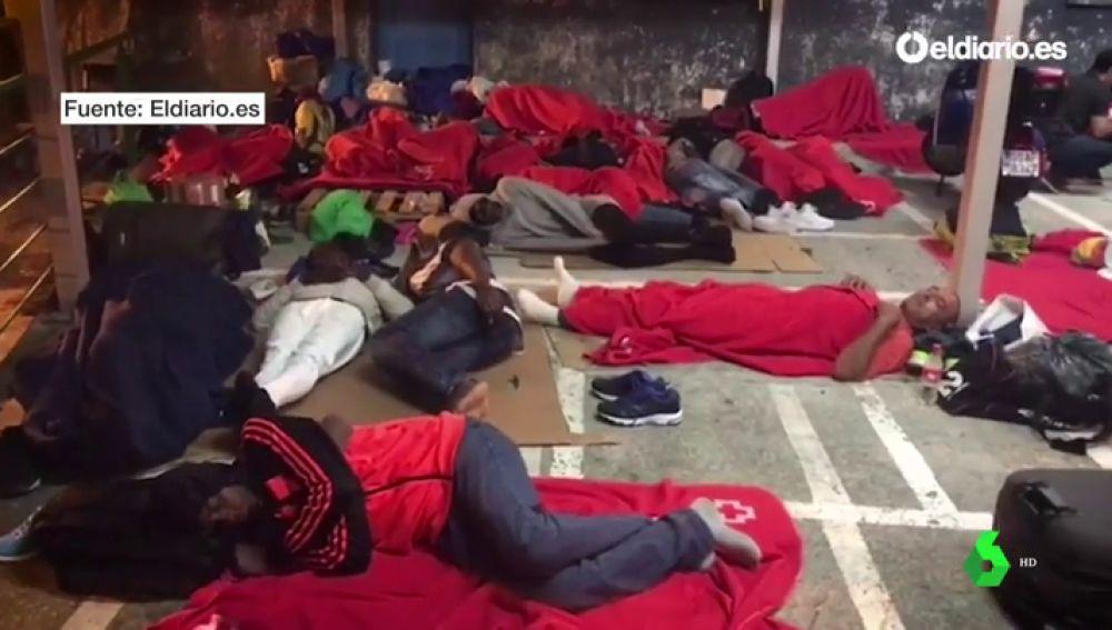 Migrantes durmiendo en Irún