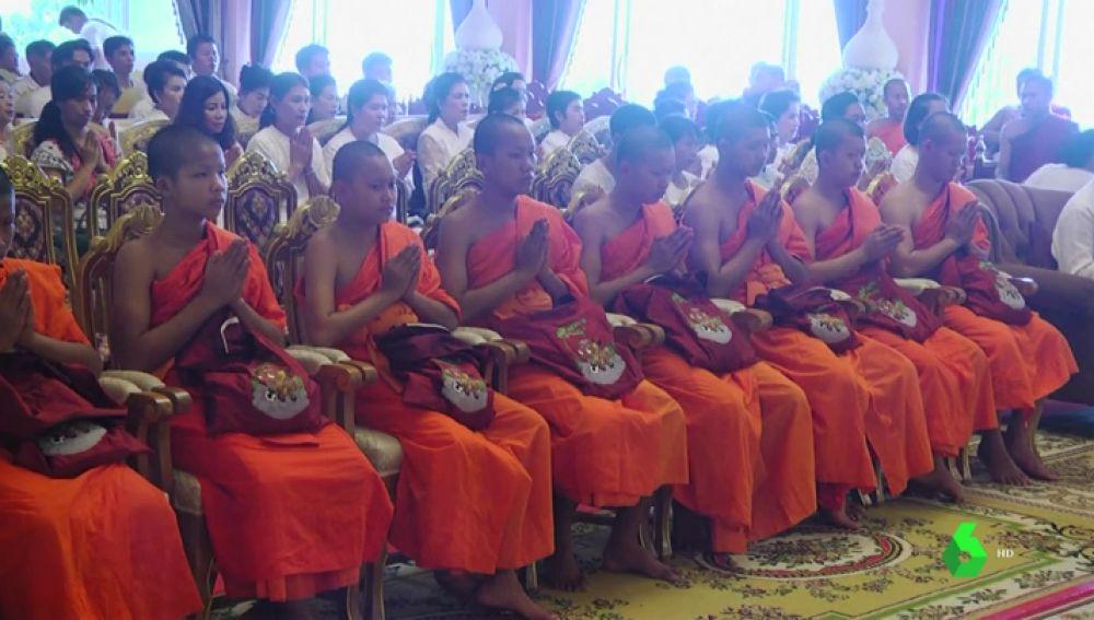 Once de los niños atrapados en la cueva de Tailandia se ordenan monjes budistas