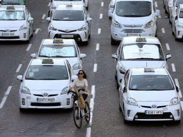 Taxistas durante la protesta en el Paseo de la Castellana