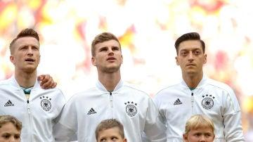 Selección alemana cantando el himno