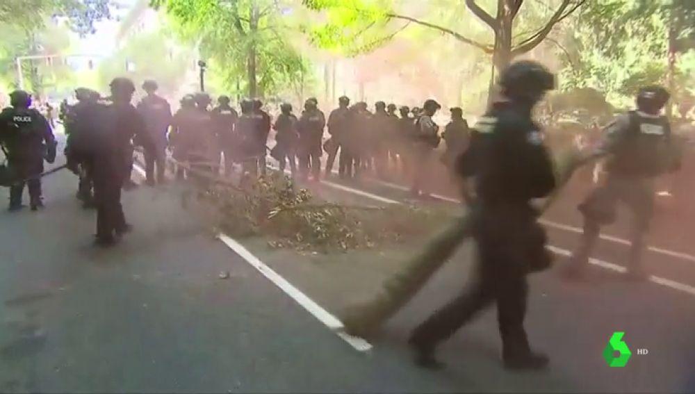 Supremacistas blancos y grupos antifascistas se enfrentan en las calles de Oregón