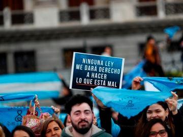 Un grupo de personas se concentran en la Plaza del Congreso en Buenos Aires para manifestar en contra de la legalización del aborto