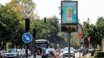 Imagen de archivo de un termómetro que marca 40 grados