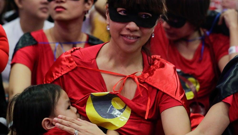 Madre filipina reclama el derecho a dar de mamar en público
