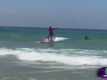 """Las exclusivas imágenes de Frank Blanco surfeando durante sus vacaciones: """"Pasa más tiempo debajo del agua que sobre el agua"""""""