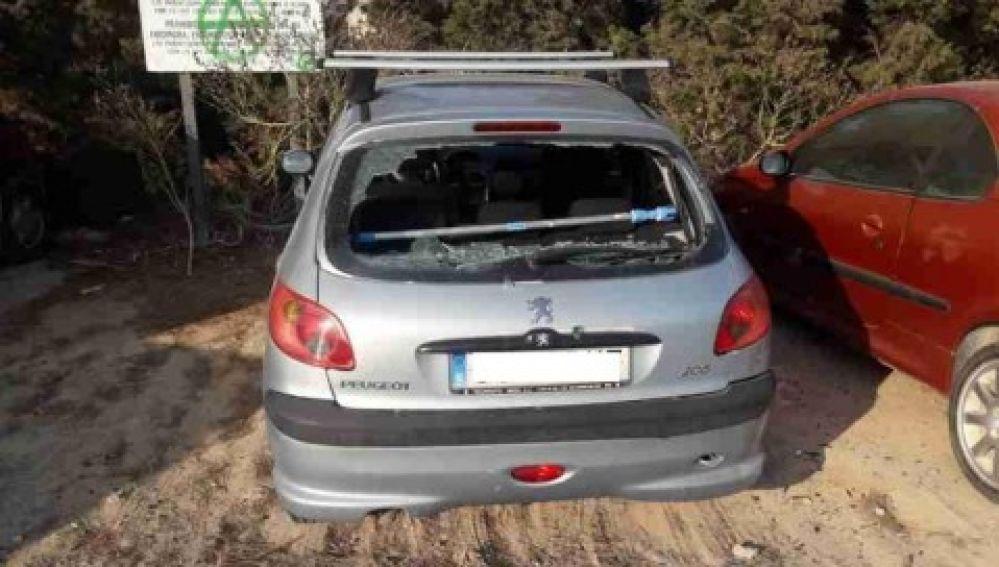 Uno de los coches en los que provocó desperfectos el detenido