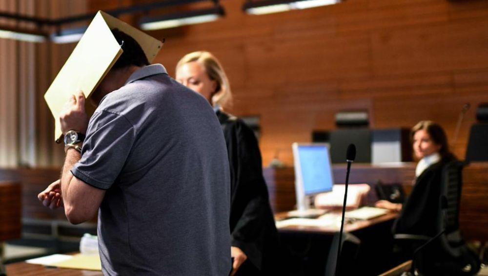 El español condenado con la cara tapada durante el juicio