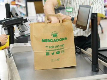 Una de las bolsas de papel de Mercadona que sustituirán a las de plástico