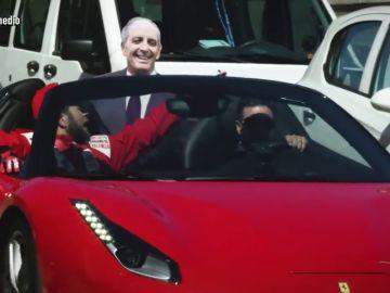 Así le recordó Gonzo a Camps sus buenos momentos con la F1: con un paseo en Ferrari con su imagen y recibimiento en la Audiencia Nacional