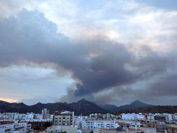 Vista del incendio forestal declarado en el término de Llutxent (Valencia)