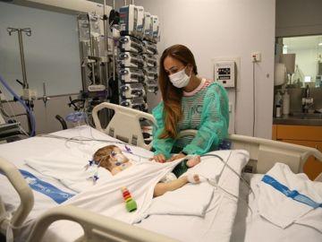 Una de las niñas a la que le han trasplantado el hígado