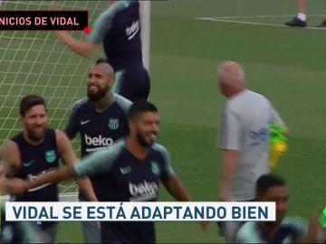Arturo Vidal muy adaptado al grupo en su primer entrenamiento con el Barcelona