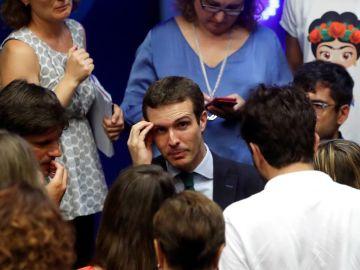 El presidente del PP, Pablo Casado, habla con los periodistas tras una comparecencia