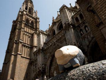 Pequeños cerdos numerados hasta 666, colocados de forma anónima en las calles de Toledo