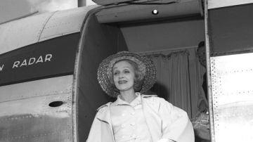 La actriz alemana Marlene Dietrich baja del avión a su llegada a Madrid