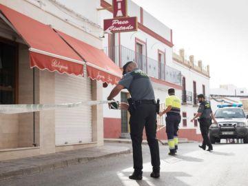La guardia Civil precinta las inmediaciones de la joyería