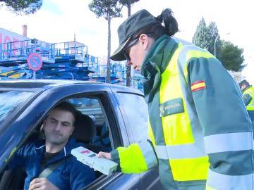 Imagen de una guardia civil haciendo un control a un vehículo (Archivo)