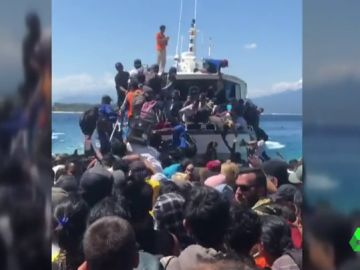 Decenas de turistas subiéndose a un barco para salir de Lombok