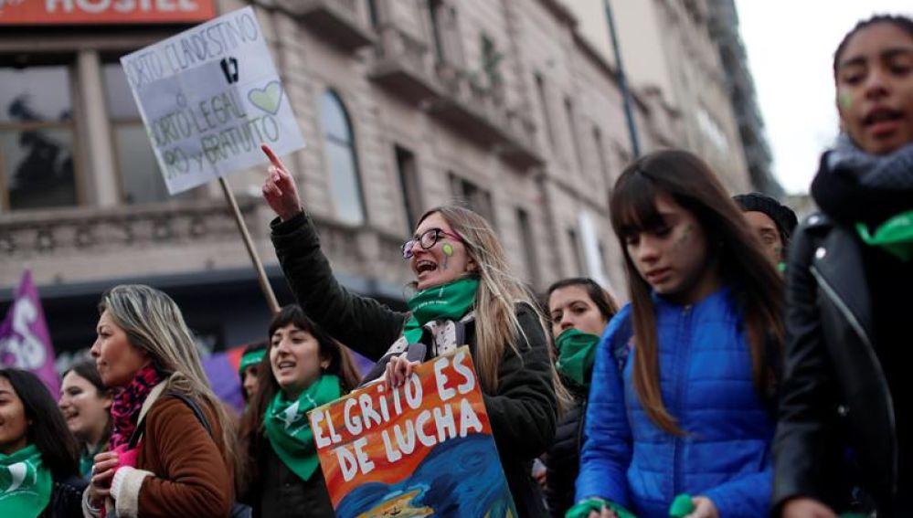 Personas a favor de despenalizar el aborto se manifiestan en el exterior del Congreso