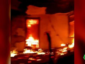 El fuego arrasa viviendas de Gandía