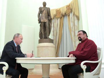 Vladimir Putin, presidente de Rusia junto a Steven Seagal, actor estadounidense