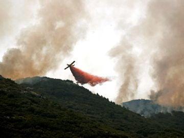 Labores de extinción en el incendio de Llutxent, Valencia