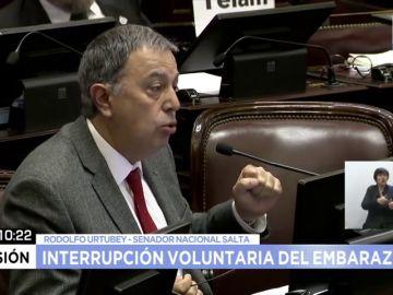 """""""Hay casos de violación sin violencia para la mujer"""": el senador argentino que desató la polémica en el debate sobre el aborto"""