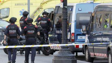 Efectivos policiales en las Ramblas de Barcelona tras el atentado (Archivo)