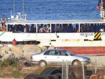El buque Open Arms con los migrantes rescatados en el Mediterráneo
