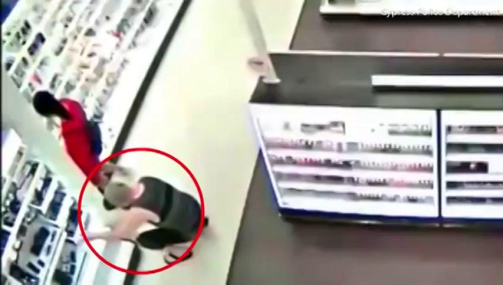 96e41fc66 La increíble reacción de un padre al pillar a un hombre haciendo fotos a su  hija bajo la falda en un supermercado