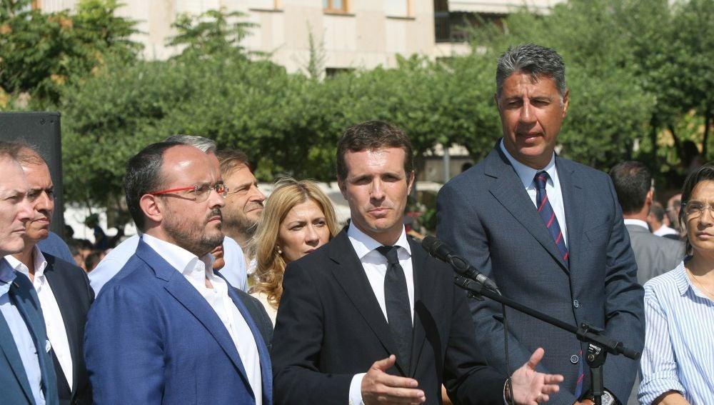 El presidente del PP, Pablo Casado (c), junto al líder del PP de Cataluña, Xavier García Albiol (d)