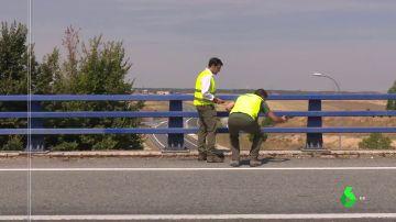 Ingenieros trabajando en el mantenimiento de un puente
