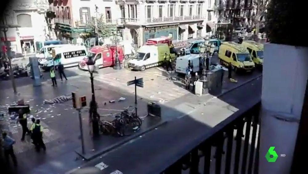 """Víctimas, testigos y profesionales narran el horror que vivieron durante los atentados en Cataluña: """"Sentí los golpes de los cuerpos en la furgoneta"""""""