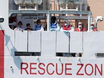 Barco con 177 migrantes en un puerto
