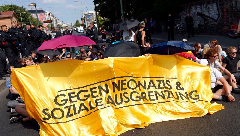Manifestantes contra la conmemoración neonazi del aniversario de la muerte de Rudolf Hess, lugarteniente de Hitler