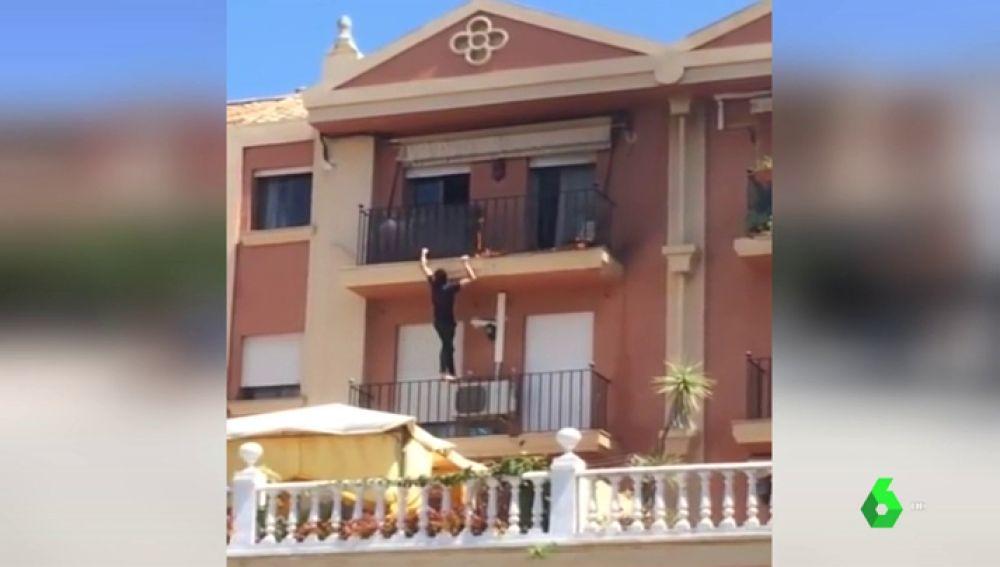 Escala tres pisos para apagar un incendio