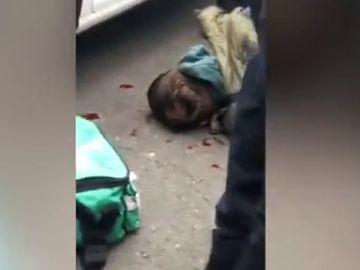 Graban como varias personas le quitan el cuchillo a un joven después de apuñalar a un hombre