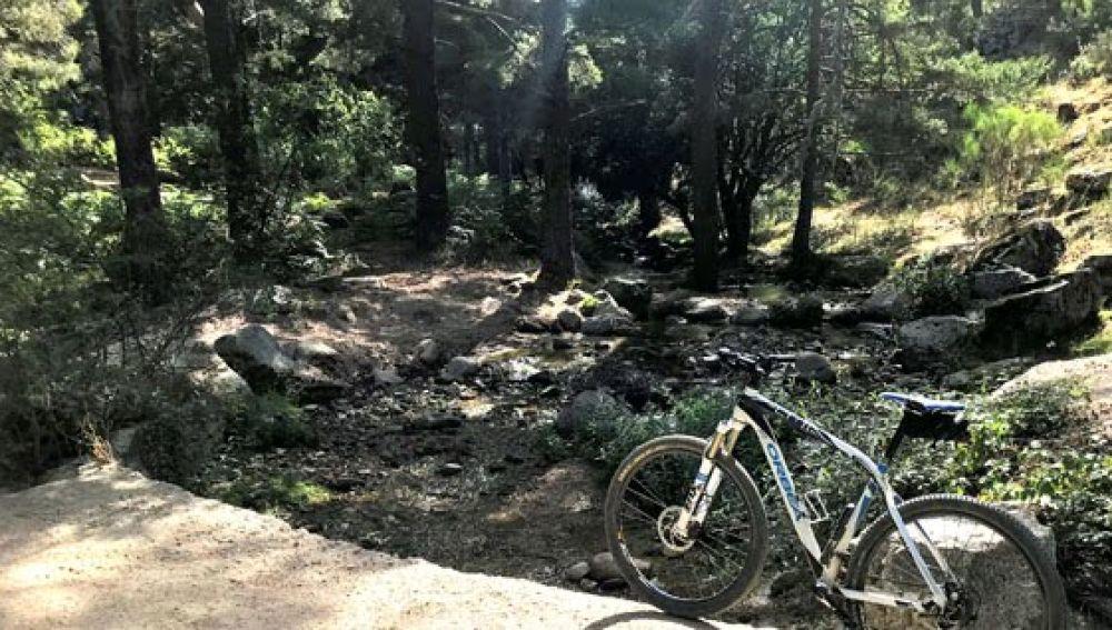 Un ciclista denuncia la existencia de un 'río de mierda' en Navacerrada