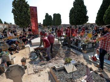 Numerosos familiares acuden al inicio de los trabajos de exhumación de la fosa 112