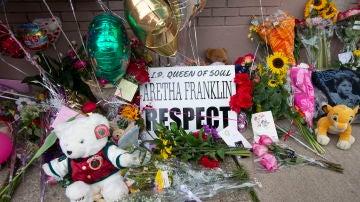 Muestras de cariño a la cantante Aretha Franklin en la iglesia de Detroit
