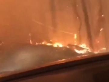 Un padre y un hijo huyen con su vehículo de un incendio en EEUU