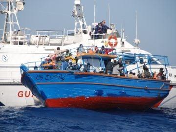 La Guardia Costiera rescata un barco de migrantes